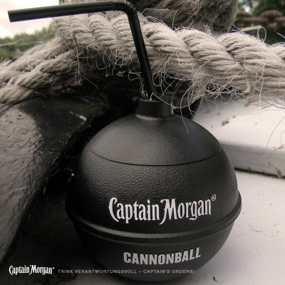 Captain Morgan Original Spiced Gold mit Becher in Kanonenkugel-Optik