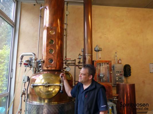 In der kleinen, kupfernen Brennanlage wird die Whiskywürze ...