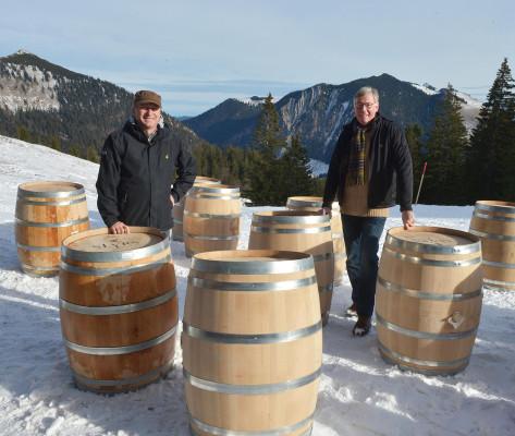 Die beiden Slyrs-Geschäftsführer Anton Stetter und Thomas Flothmann vor dem neuen 'Höhenlager'