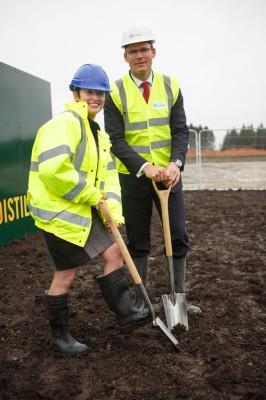 Stella David und Simon Coveney beim ersten Spatenstich zum Baubeginn der neuen Tullamore-Destillerie