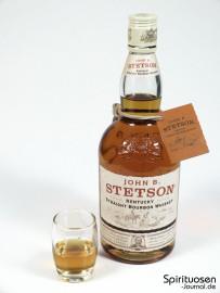 John B. Stetson Glas und Flasche
