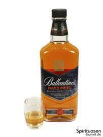 Ballantine's Hard Fired Glas und Flasche