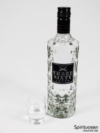 Three Sixty Vodka Glas und Flasche