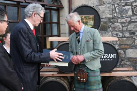 Master Distiller Dennis Malcom überreicht Glen Grant Five Decades Limited Edition an Prince Charles